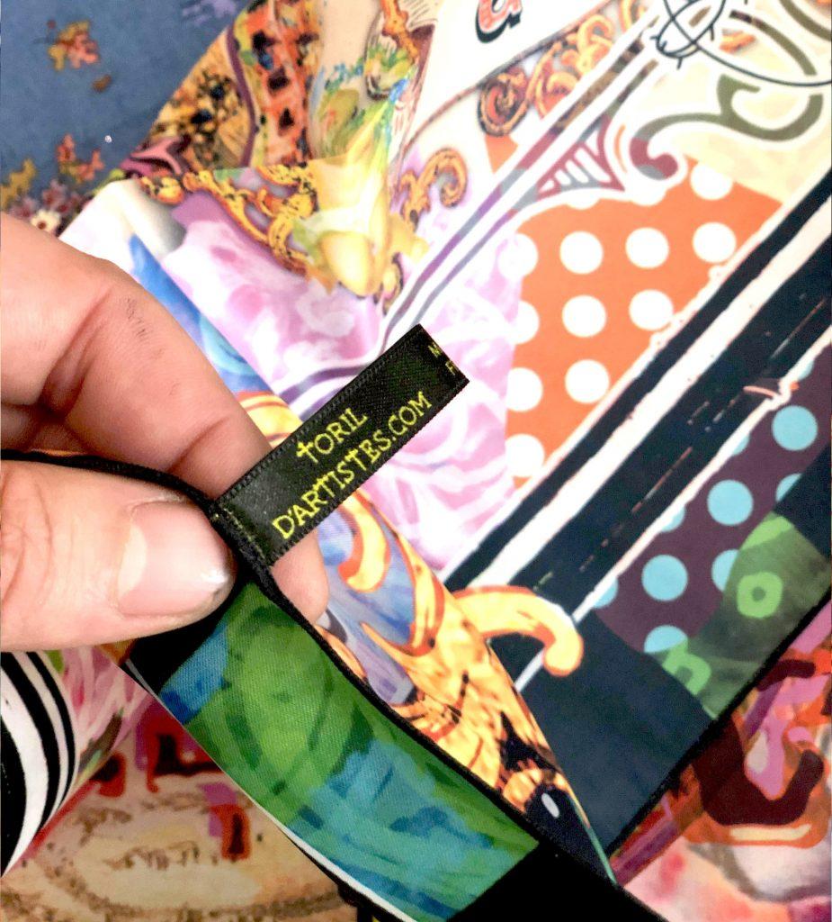 l'étiquette sur le foulard